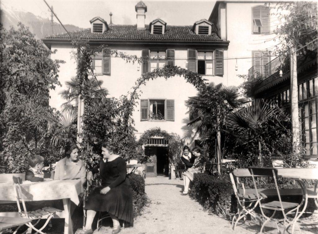 URLAUBSARCHITEKTUR__Ottmanngut__Garten__damals__COPYRIGHT_www.ottmanngut.it